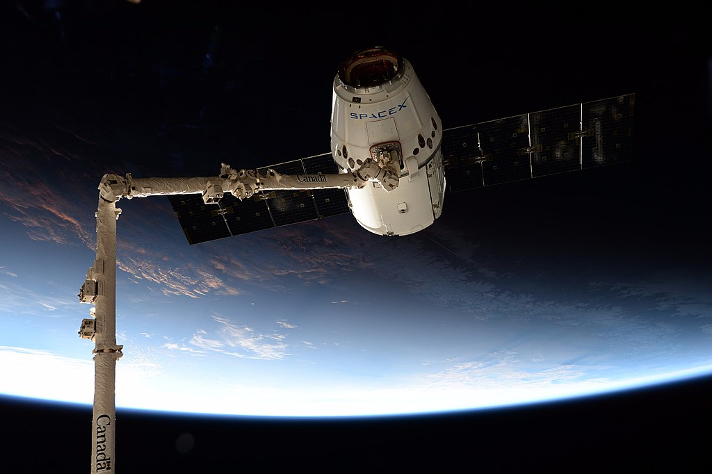 1024px-spacex_crs-12_dragon_grappled_by_the_iss_canadarm2